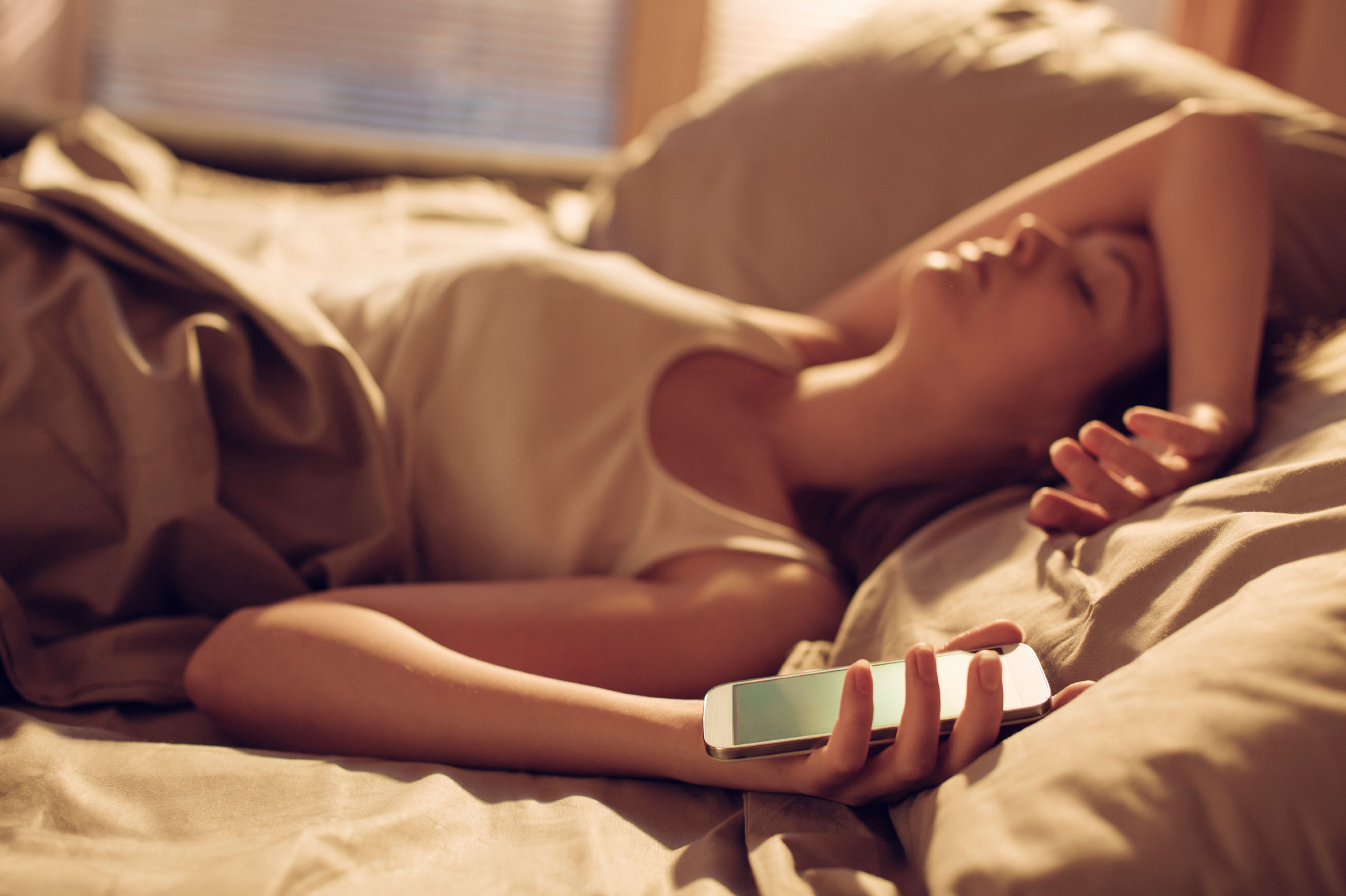 03-9-ways-to-become-a-morning-person-smartphone