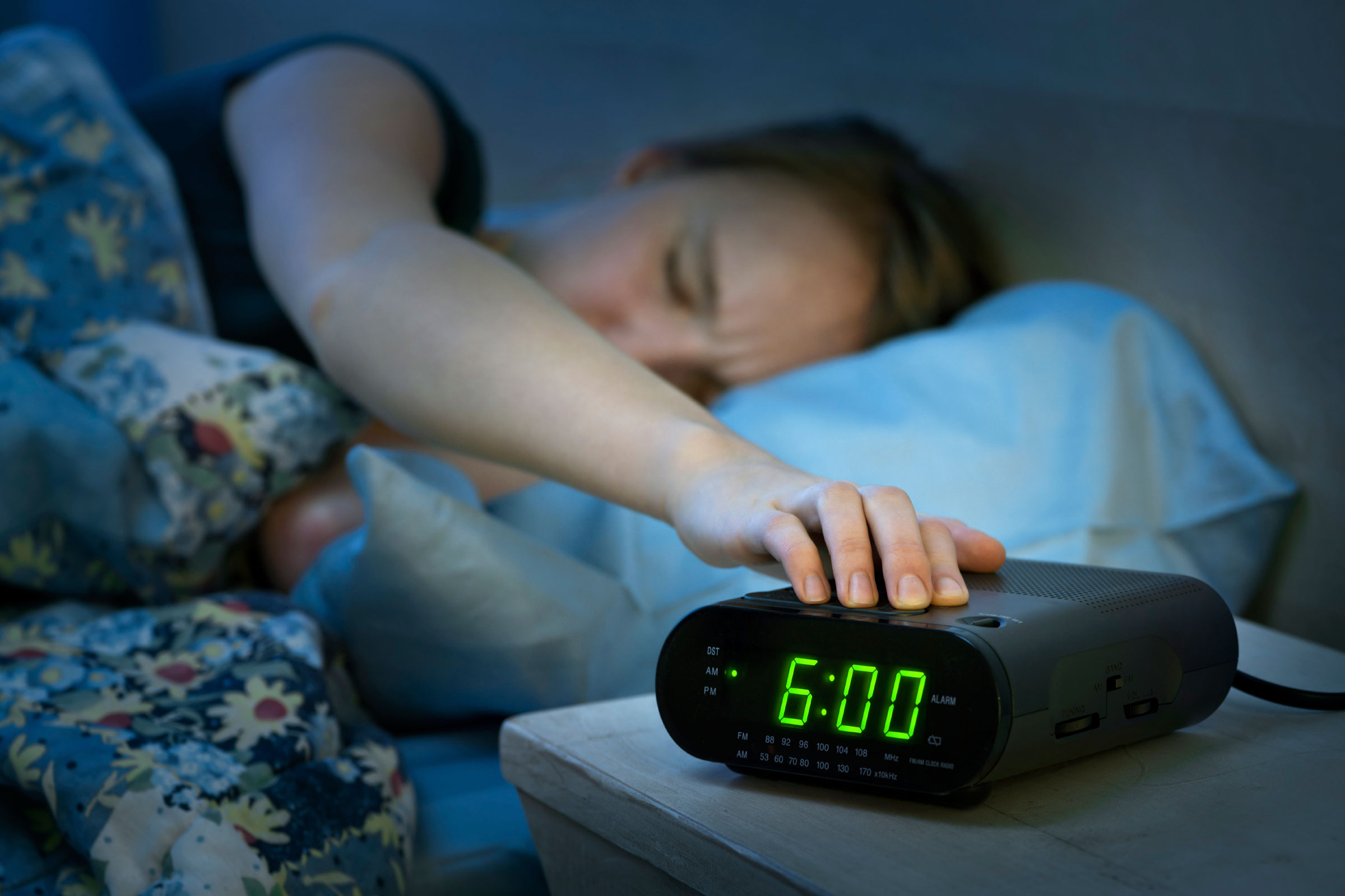 04-9-ways-to-become-a-morning-person-alarm-clock